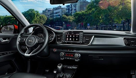 Diseño interior del Kia Rio con pantalla táctil